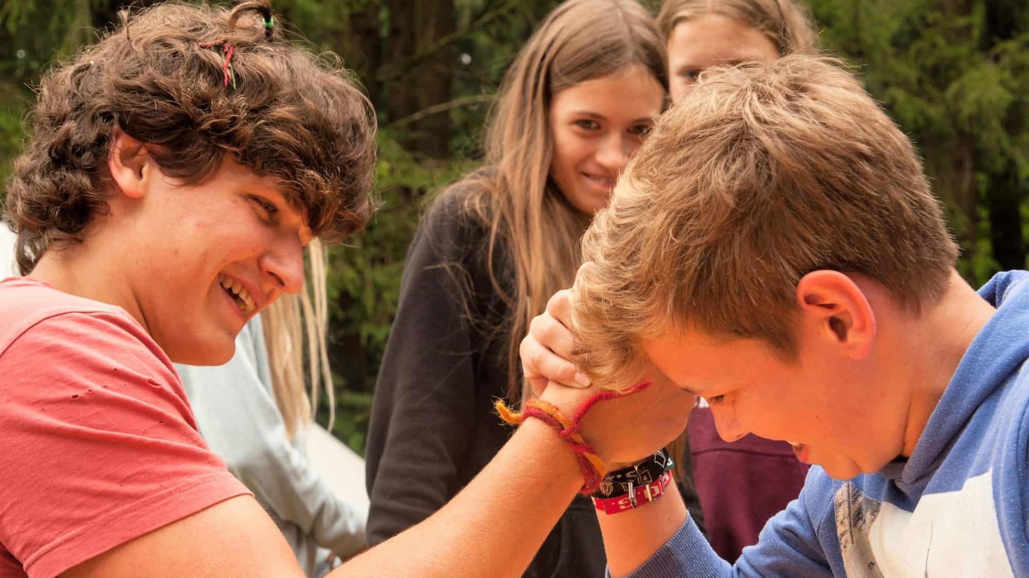 Teenies beim Armdrücken